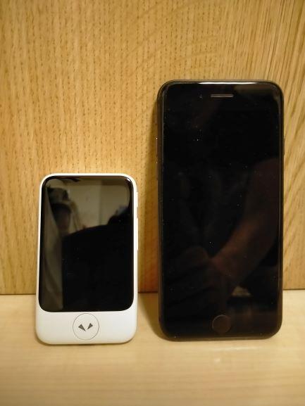 ポケトークSとiPhone8とのサイズ比較